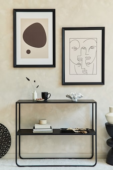 Composizione creativa di interni eleganti e moderni del soggiorno con due cornici per poster finte, comò geometrico nero, tavolino da caffè e accessori personali. colori neutri. modello.