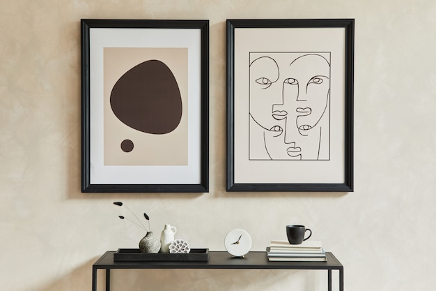 Composizione creativa di interni eleganti e moderni del soggiorno con due cornici per poster finte, comò geometrico nero e accessori personali. cori neutri. concetto minimalista. modello.