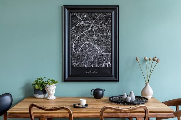 Composizione creativa di interni eleganti della sala da pranzo scandi con cornice per mappa simulata, tavolo in legno, sedia, pianta e accessori. pareti in eucalipto, pavimento in parquet. modello.