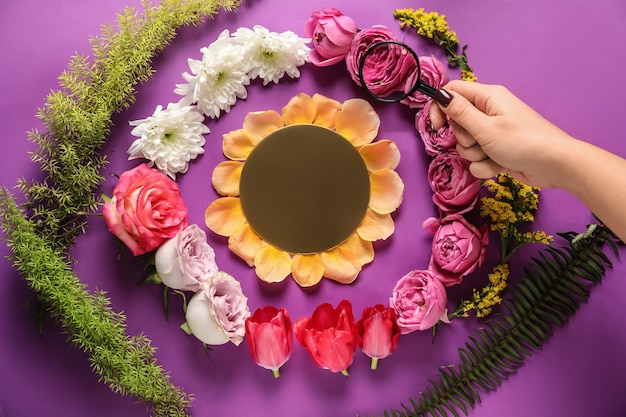 Composizione creativa con bellissimi fiori su sfondo colorato