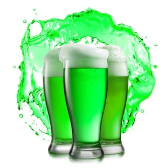 Composizione creativa con tre grandi bicchieri di bevanda alcolica fresca birra verde. felice concetto di giorno di san patrizio.