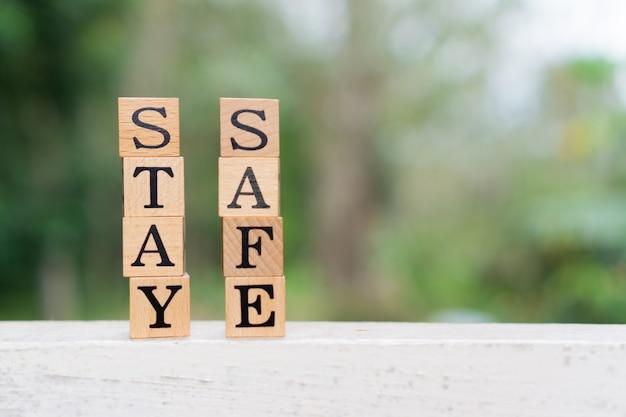 Concept creativo stay safe testo sul blocco di legno. Foto Premium