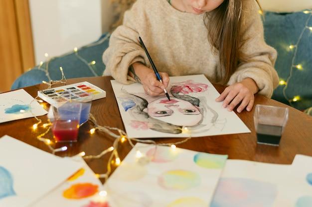Pittore contemporaneo creativo che dipinge un ritratto