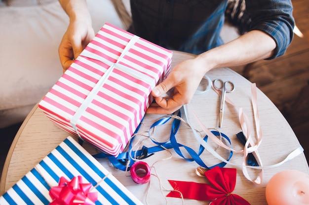 Scatola di decorazione artigiano creativo con regali.