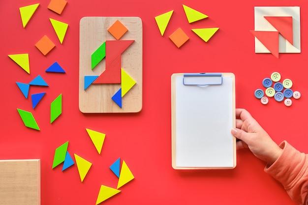Design creativo per la giornata mondiale dell'autismo il 2 aprile. tavola di legno della stretta della mano con lo spazio del testo