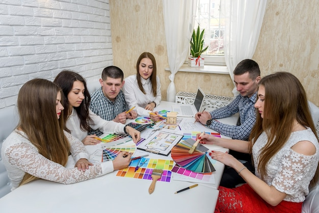 Team di designer creativi che lavora al nuovo progetto di casa