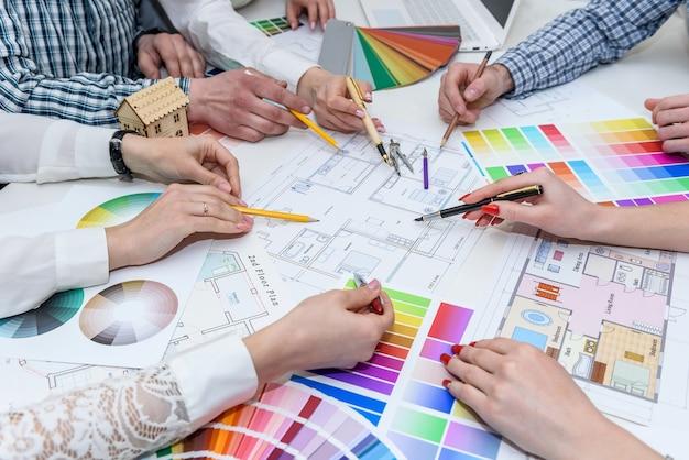Team di designer creativi che lavora al progetto di una nuova casa