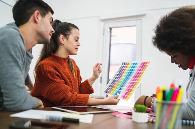 Designer creativi che lavorano insieme in un progetto.