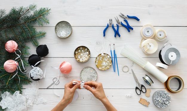 Hobby fai da te creativo, realizzazione di palle di natale artigianali fatte a mano