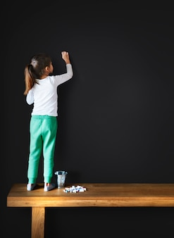 Concetto creativo della lavagna della ragazza di immaginazione del disegno