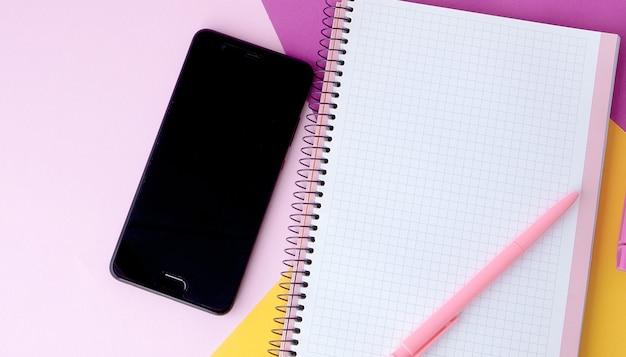 Foto piatta creativa della scrivania dell'area di lavoro con lo smartphone