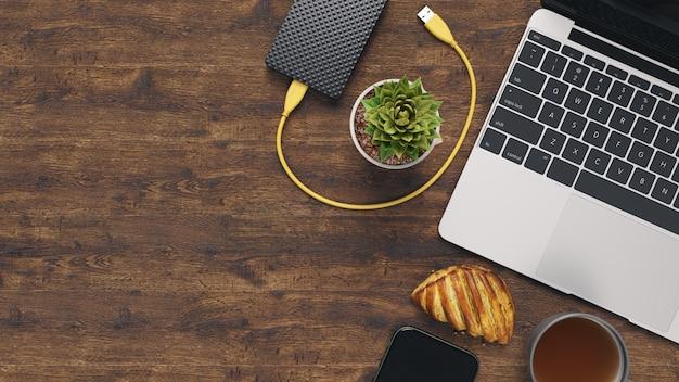 Foto di posa piatta creativa della scrivania dell'area di lavoro.