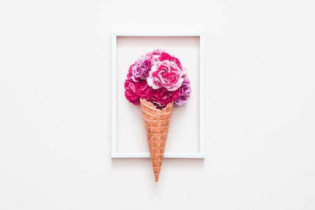 Composizione floreale creativa. rose in coni di zucchero gelato