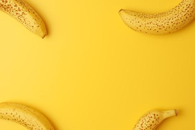 Cornice creativa realizzata con banane mature su giallo