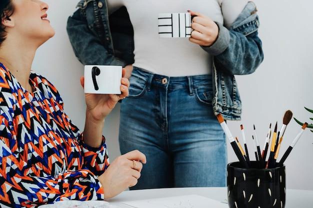 Amici creativi che bevono un caffè insieme a casa