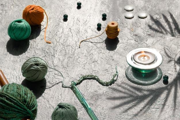 Disposizione geometrica creativa di materiali artigianali per maglieria e uncinetto
