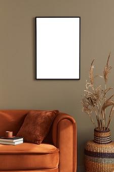Design creativo degli interni per la casa del soggiorno con cornice per poster finta ed elegante divano modello