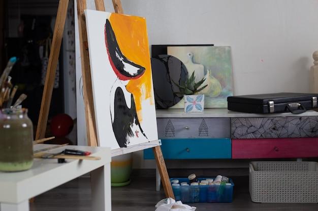 Cavalletto da studio creativo per la casa con forniture per pittura su carta iniziate