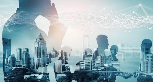 Immagine creativa di molte riunioni di gruppo di conferenze di uomini d'affari