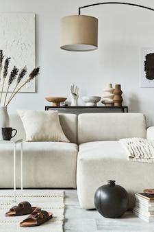 Composizione interna creativa di un accogliente soggiorno con cornice per poster finta e pittura della struttura, divano ad angolo, tavolino da caffè, tessuti e accessori personali. stile classico scandinavo.