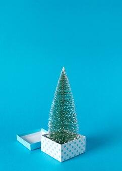 Layout creativo di scatole regalo e albero di natale
