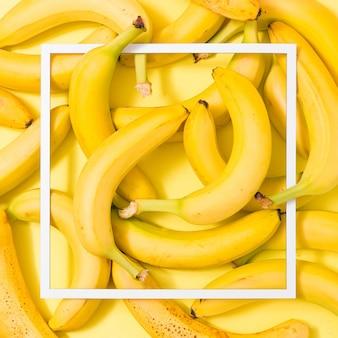 Layout creativo fatto di banane sulla superficie gialla