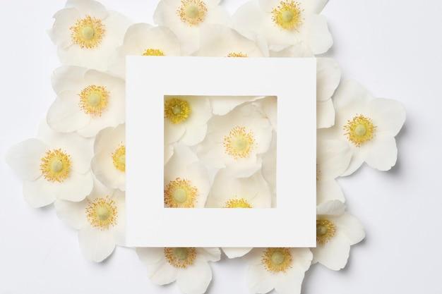 Layout creativo fatto di fiori primaverili colorati. concetto di vacanza minimo. modello piatto.