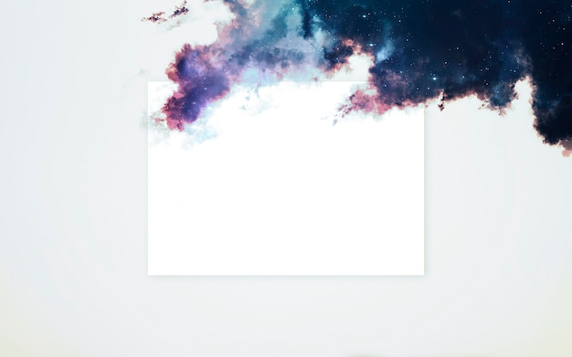 Layout creativo fatto di nebulosa con nota di carta di carta
