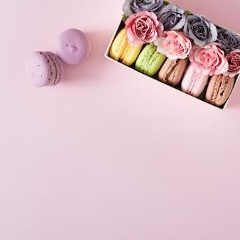 Layout creativo realizzato con fiori e macarons.