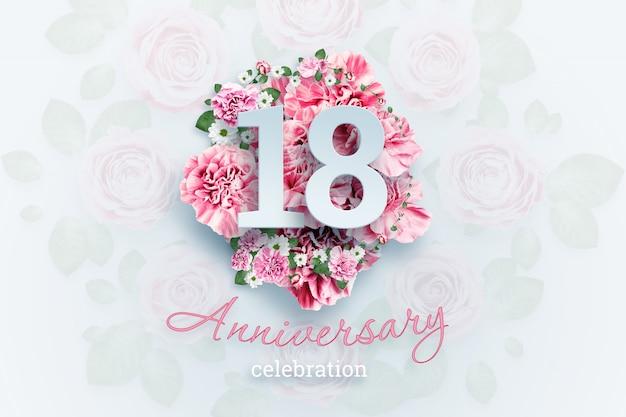 Scritte creative 18 numeri e testo di celebrazione dell'anniversario su fiori rosa. concetto di anniversario, età adulta, compleanno, evento di celebrazione, modello, volantino