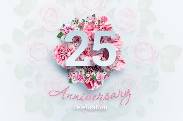 Numeri dell'iscrizione creativa 25 e testo di celebrazione di anniversario sui fiori rosa., evento di celebrazione, modello, aletta di filatoio