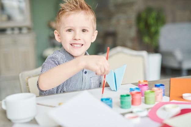 Little boy creativo a art class