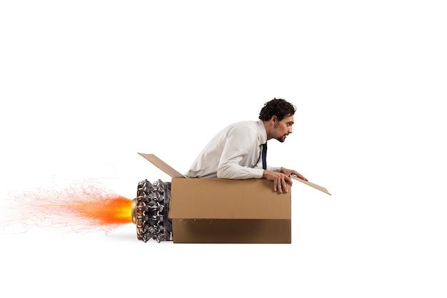 L'uomo creativo vola e gioca con il suo missile di cartone