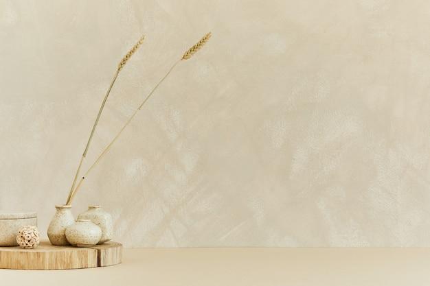 Composizione minimalista creativa di un accogliente design d'interni con copia spazio, materiali naturali come legno e marmo, piante secche e accessori personali. colori beige neutri, modello.