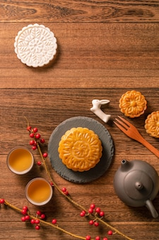 Creative moon cake mooncake table design - pasticceria tradizionale cinese con tazze da tè, concetto di mid-autumn festival, vista dall'alto, piatto.