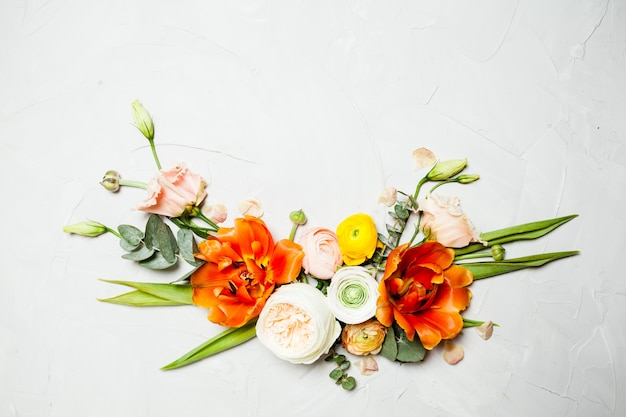 Bordo piatto con fiori arancioni e beige creativi per i saluti delle vacanze