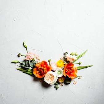 Cornice piatta con fiori arancioni e beige creativi per il design