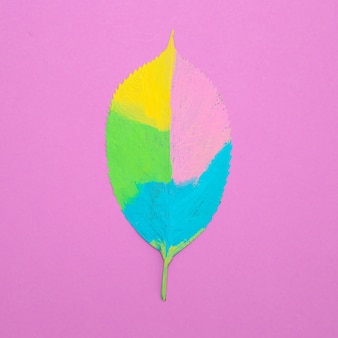 Foglia dipinta creativa. arte minimale piatta