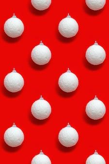 Modello creativo con palline bianche di capodanno, giocattoli per le vacanze
