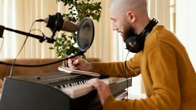 Persona creativa che pratica musica al chiuso