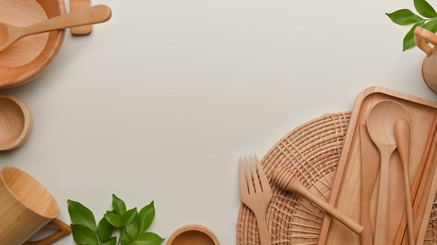 Scena creativa con stoviglie in legno e copia spazio su sfondo bianco, concetto di rifiuti zero
