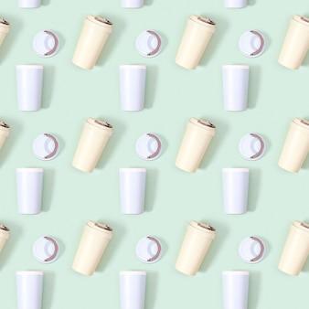 Modello senza cuciture creativo con tazza di caffè eco riutilizzabile. concetto di rifiuti zero