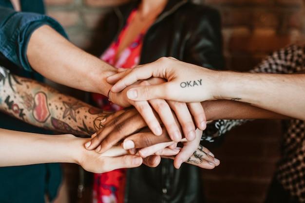 Team creativo che impila le mani