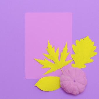 Vista dall'alto creativa composizione autunnale piatta laici art. foglie autunnali e zucca dipinte. utilizzare come biglietto di auguri. cornice di design