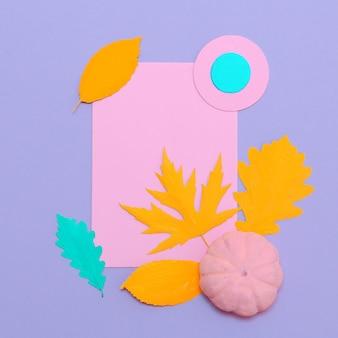 Vista dall'alto creativa composizione autunnale piatta laici art. foglie autunnali e zucca dipinte. utilizzare come biglietto di auguri. minimo