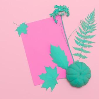 Composizione autunnale piatta vista dall'alto creativa pianta autunnale blu dipinta. utilizzare come cornice per biglietti di auguri