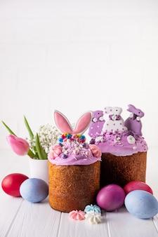 Torta di pasqua tradizionale creativa decorata con orecchie da coniglio. decorazione della torta di pasqua