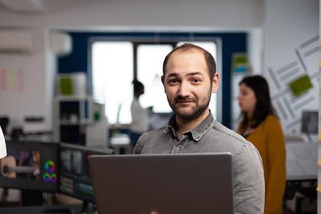 Lavoratore di editor video creativo in piedi davanti alla telecamera