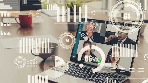 Visual creativa di uomini d'affari in una riunione del personale aziendale in videochiamata