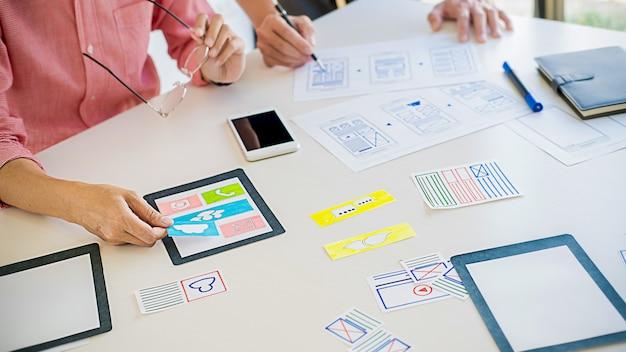 Applicazione di pianificazione di creative web designer e sviluppo di modelli di layout, framework per telefoni cellulari. concetto di esperienza utente (ux).